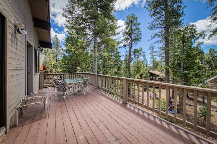 Cozy dog-friendly cabin with fireplace, spacious patio and balcony!