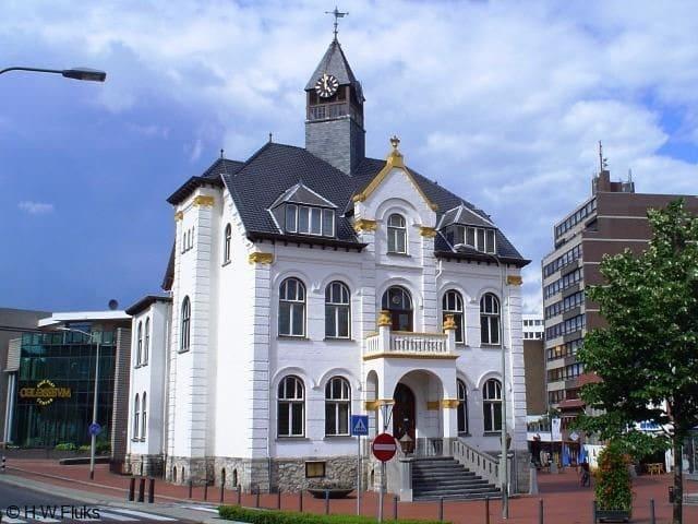200 m of 5 min lopen/ walking Stadscentrum met gemeentehuis  Townhal in our city center
