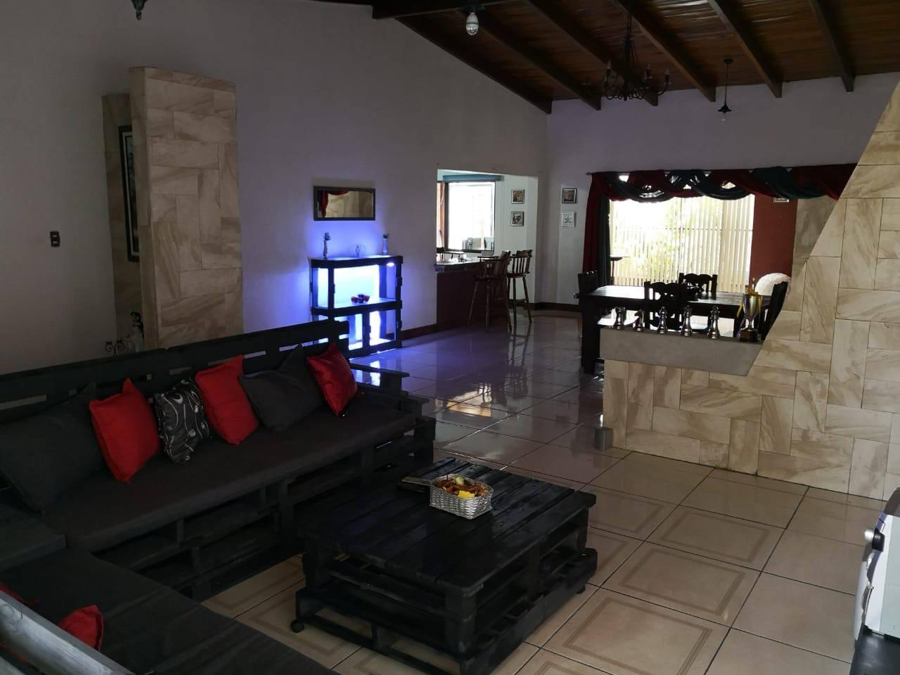 Amplia Sala con moderna decoración