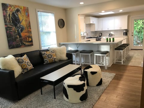 Modern 2 BR Home in Downtown w/Loft and Parking