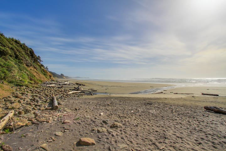 Romantic dog-friendly oceanfront getaway with close beach access!