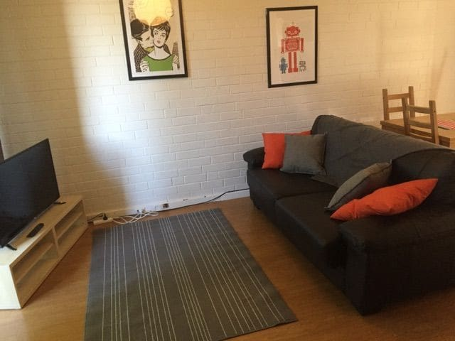 Entire One Bdrm unit - free wifi & parking - Wembley - Wohnung