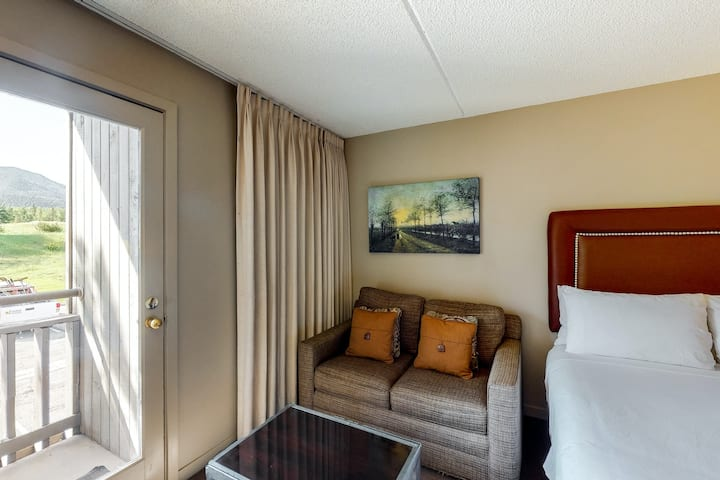Breezy second-floor room w/balcony, shared hot tub, outdoor pool, & steam room