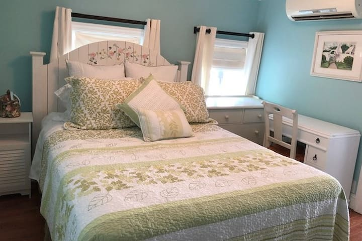 Newly renovated  guesthouse, 1 block to the beach