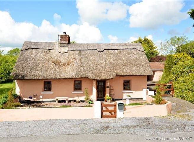 Beautiful thatched cottage with ample parking - Shrule - Bungalow