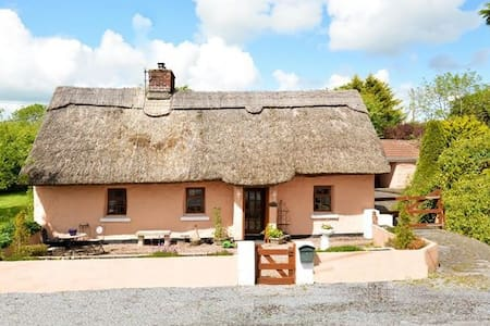Beautiful thatched cottage with ample parking - Shrule - Bungalov