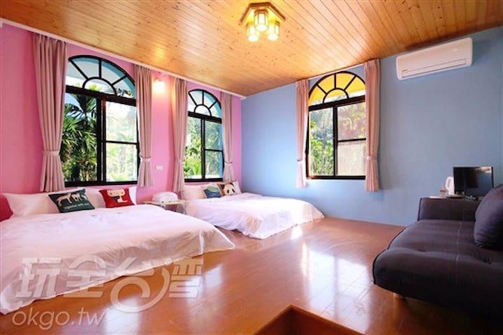 繽紛四人房 非常適合親子入住 空間寬敞 房間採光明亮 窗外一片片檳榔樹 - 魚池鄉 - Casa
