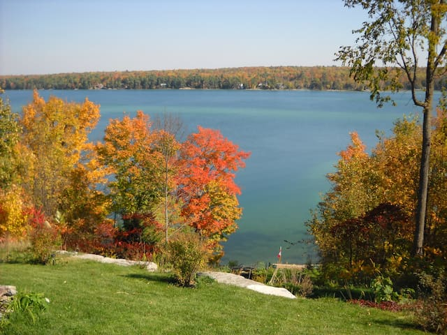 Caribbean-blue Sandy Lake in autumn