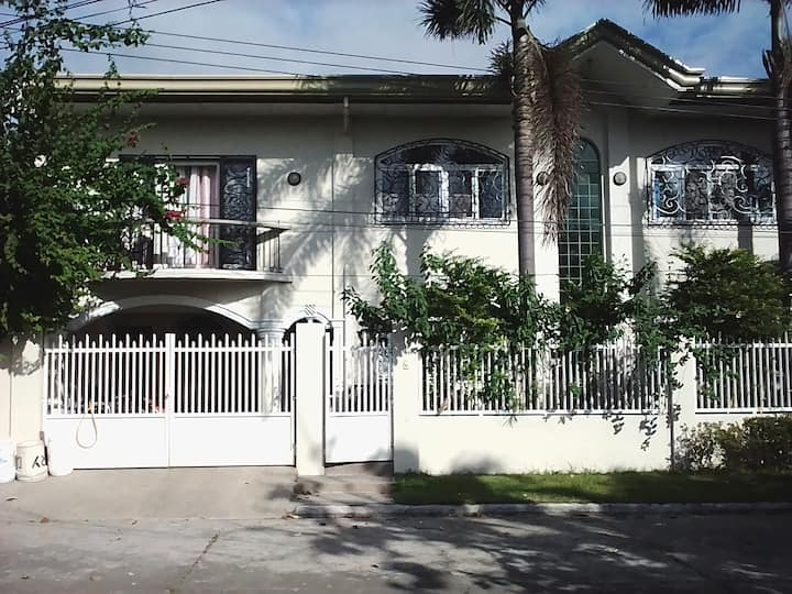 Timog Park 4 Bed Home With Pool