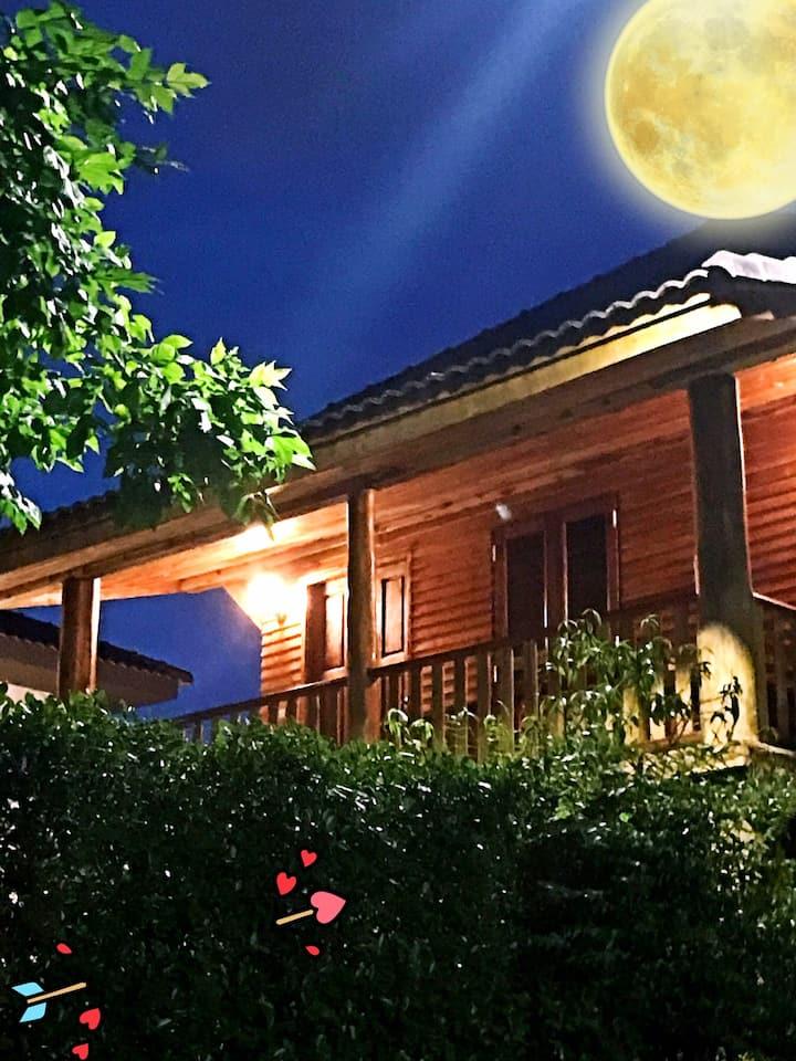 """日出日落水云间,""""Honeymoon""""度假屋,温馨浪漫你独享,澜庭花语你私属。别墅庭院中的独栋木客房"""