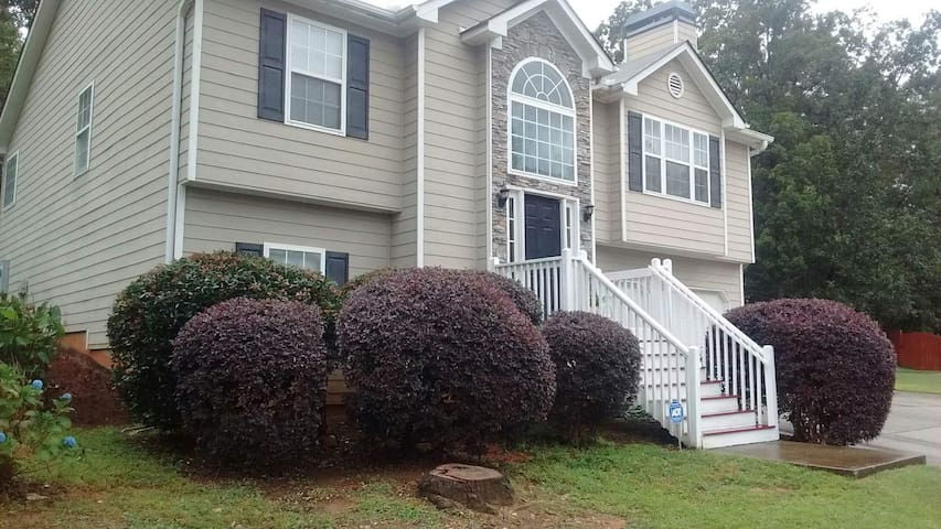 Home on top of a hill. 5BR/3BA. Comfortable.