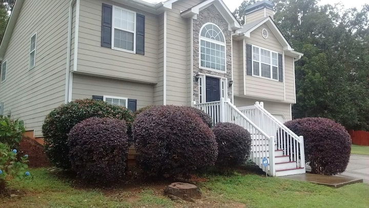 Large House on a Hill. 5bd/3bth!! Don't wait!!