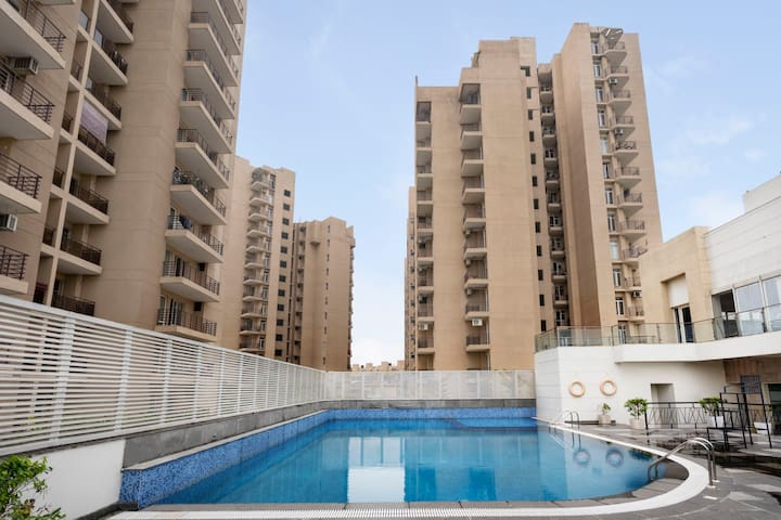 Homely 4 BHK for 8, near railway station/74226