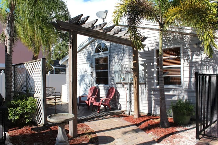 Ebb Tide A Delightful 1 Bedroom Bungalow with Pool and patio near all the Shops and Restaurants in the Pier Area