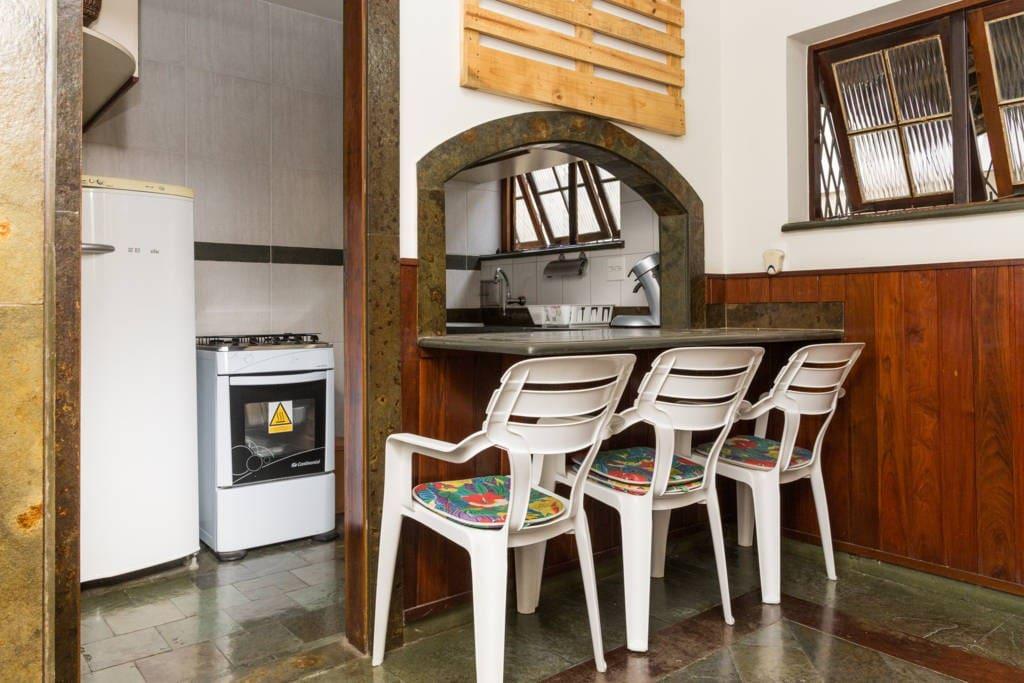 mesa de refeições da cozinha americana, janelas tanto na cozinha quanto na saleta