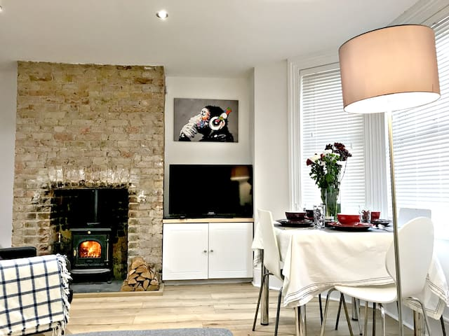 Cosy seaside home with log burner near to Old Town