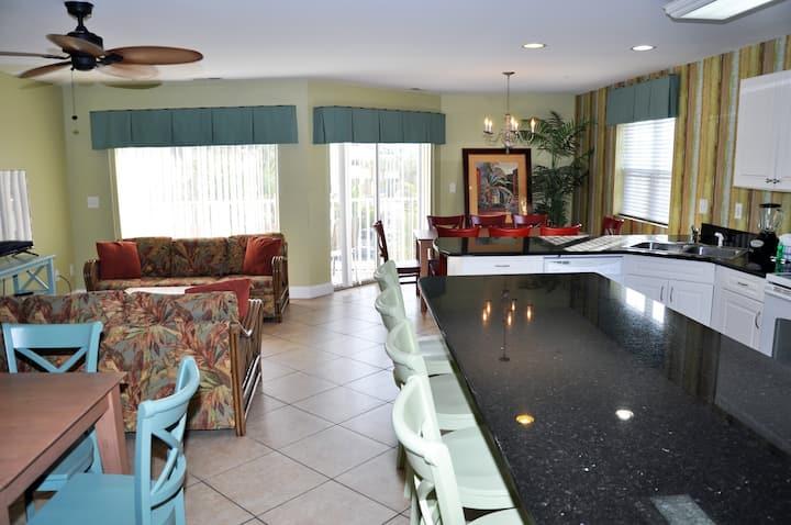 Amb 201 Incredible 8 Bedroom with 6 full bath. Pool, Jacuzzi