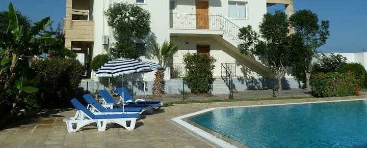 Stu & Fi's Beautiful Poolside Apartment