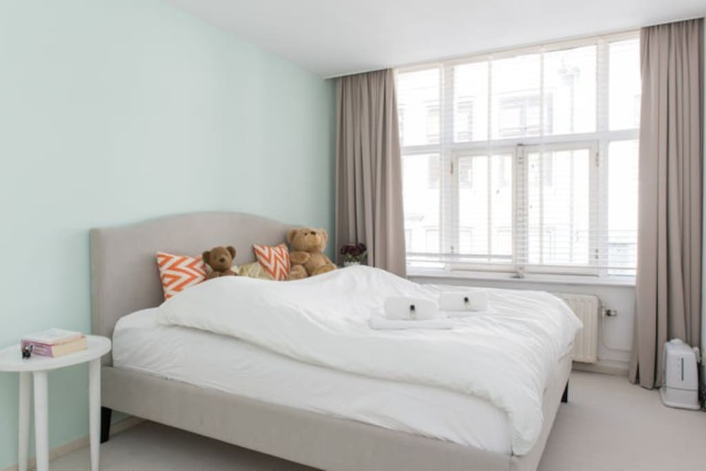 Nice bedroom with a big bed to get some rest after you enjoyed the city