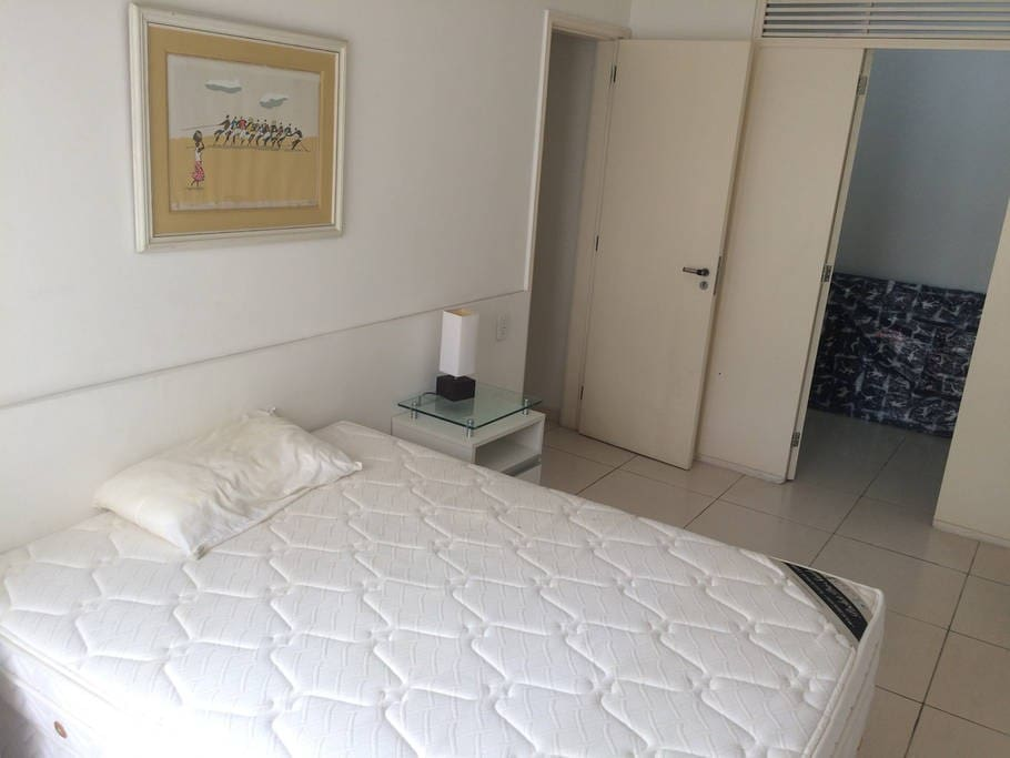 quarto com cama de casal e closet
