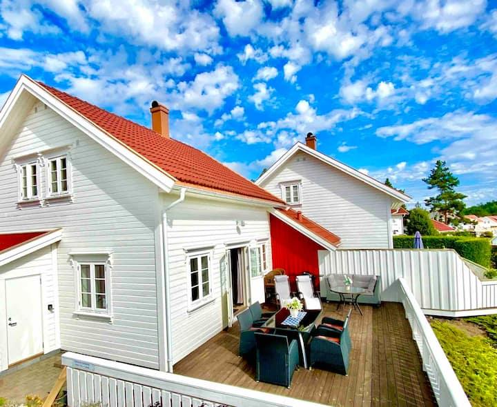 Hytte 17A Risør. Stor terrasse, god plass, mye sol