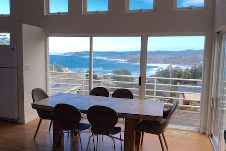 Artist's ocean view retreat - Pacifica