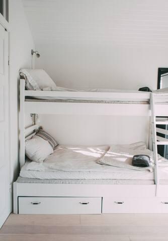 Sköna sängar, våningssäng 90*120 med tempurmadrasser.
