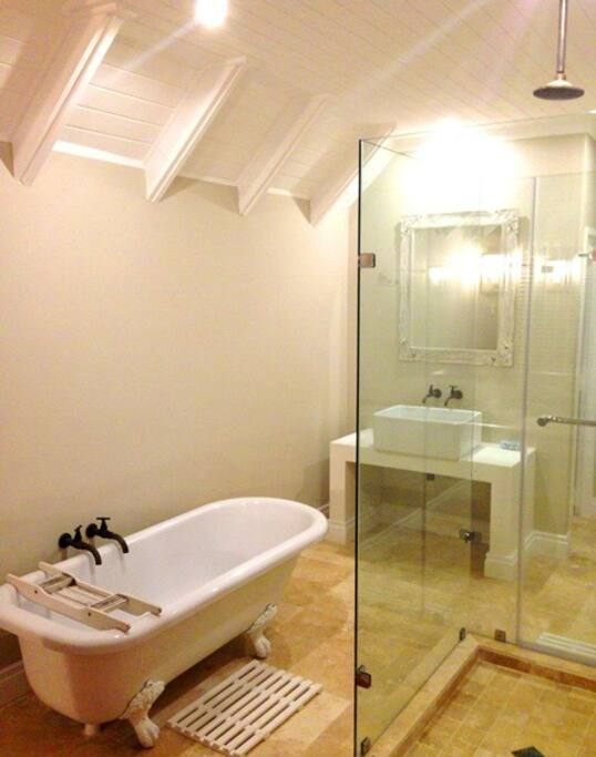 Upstairs en-suite bathroom