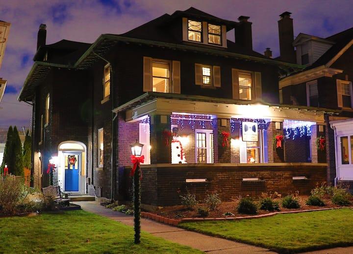 The Butler House Bed & Breakfast - Blue Lights Room