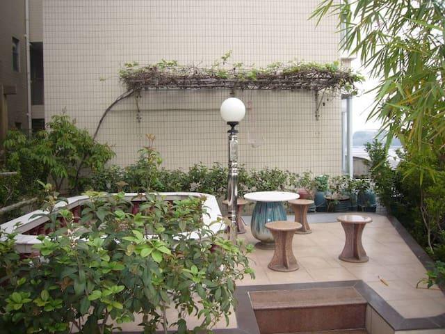位于肇庆星湖湖畔的二楼花园洋房