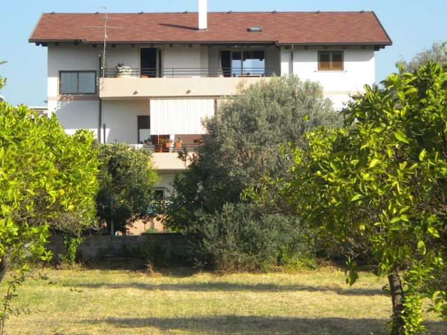Appartamento in casa circondata dal giardino - Locri - Apartment