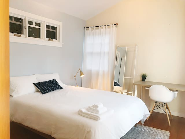 Outsite Venice Glyndon | Cozy Room off Venice Bvld