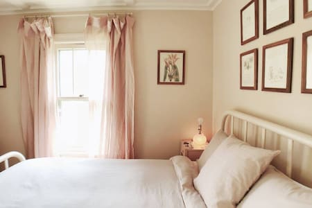Pink Room - The Lady Pomona - Bed & Breakfast