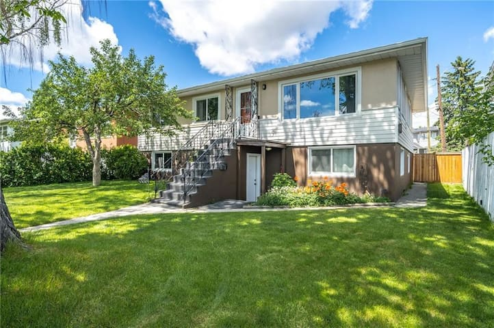 Executive 3 Bed Bungalow by SAIT & YYC Airport