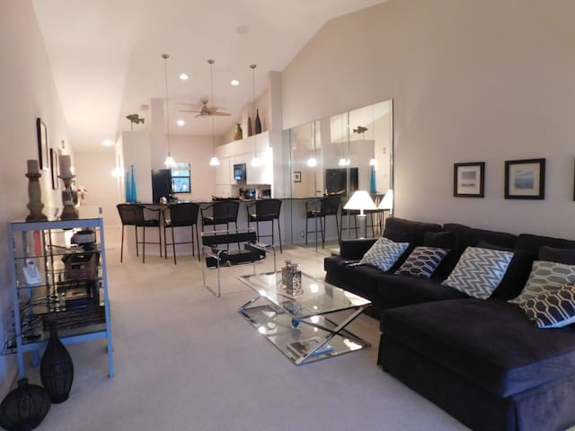 Beautiful 2 bedrooms condo close to Barefoot beach