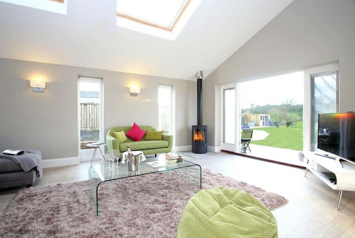 The Orchards, Sleeps 4, semi-detached farm cottage in a very quiet lane within 5 miles of Glastonbury. - Glastonbury - Huis
