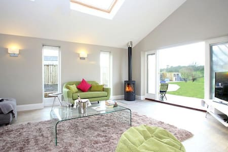 The Orchards, Sleeps 4, semi-detached farm cottage in a very quiet lane within 5 miles of Glastonbury. - Glastonbury - Haus
