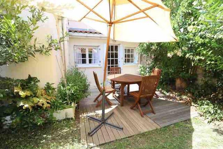 Jardin privatif  Un petit havre de paix et de tranquillité  Salon de jardin 4/6 places  Barbecue  Parasol