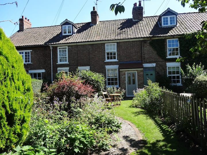 Tier 2-Cosy Cottage in vIllage north of York