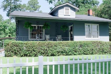 1950's Cottage Convenient to Savannah