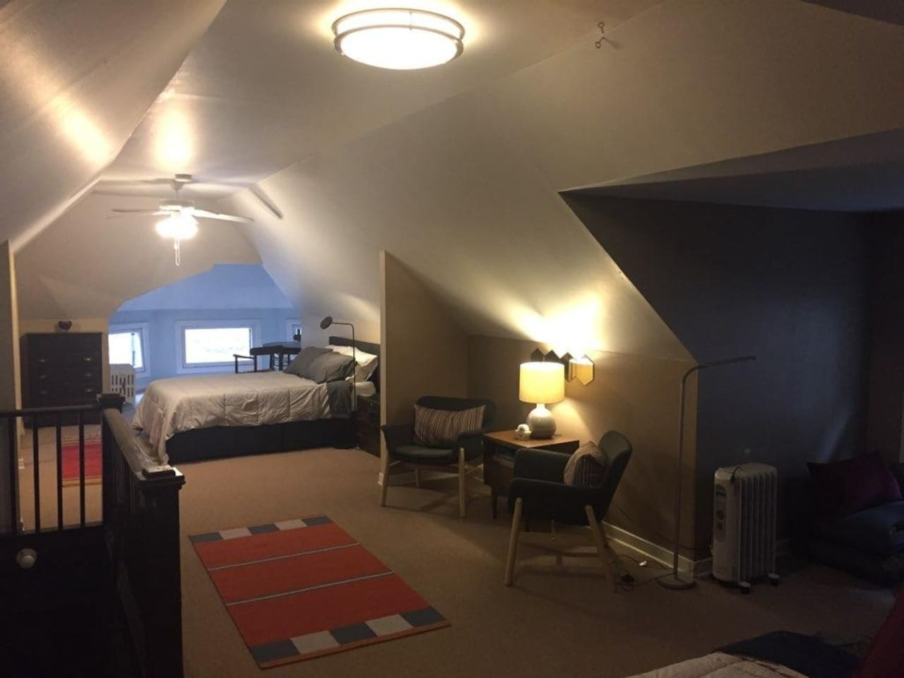 Our spacious attic loft offers  a cozy respite just 2 blocks from the heart of Uptown,  Aragon and Riviera theaters and the Redline!