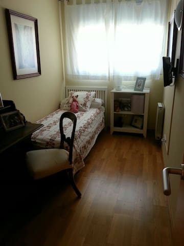 Room close to the beach ,airport and Barcelona - Castelldefels - Lägenhet