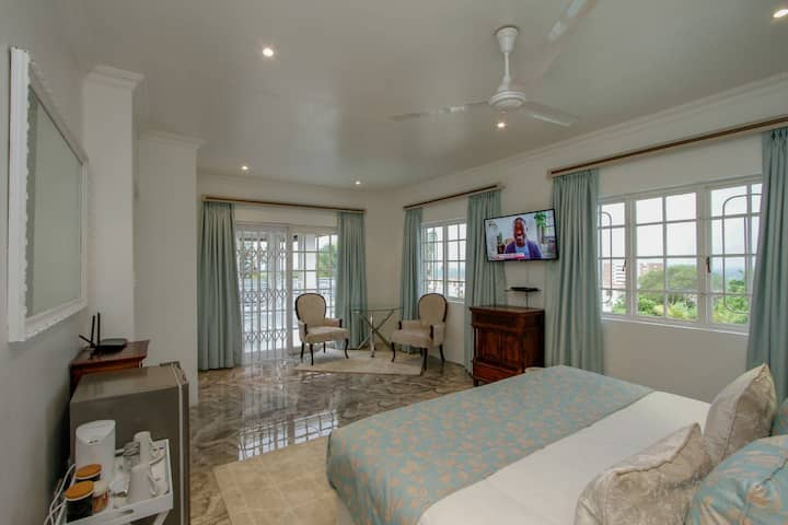 Deluxe Double with sea view @ Blue Waves Lodge