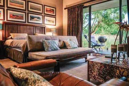 Stylish Roodeplaat dam and bushveld accomodation.