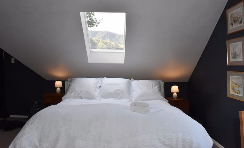Large Bedroom + Spa + Pool (close to Queenstown)