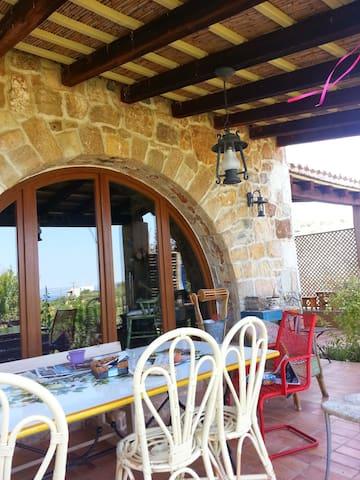 Παραδοσιακό πέτρινο διώροφο σπίτι στην πλαγιά - Chalcis