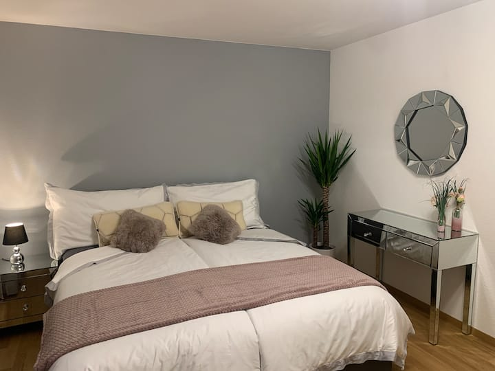 Room with Boxspring bed, parking, near the Airport
