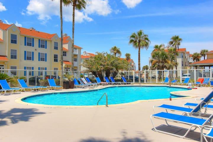 Beautiful family-friendly condo w/shared pool, hot tub, sauna - close to beach!