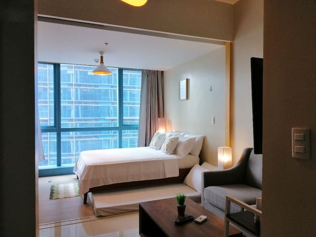 11th Floor 1BR BGC, 6 pax, w/Pool, WiFi & Netflix