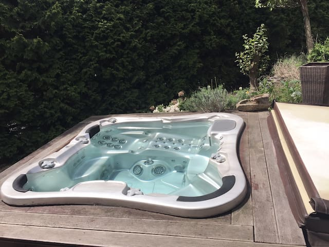 Eine grozügige und helle Haus, Whirlpool im Garten